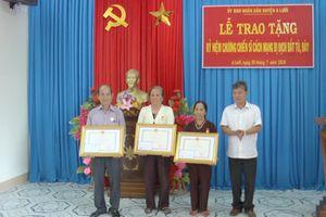 Tặng và truy tặng kỷ niệm chương chiến sĩ cách mạng bị địch bắt, tù đày