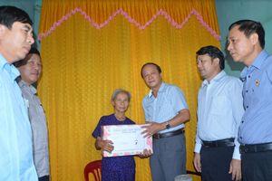 Mặt trận Quảng Bình tặng quà các gia đình chính sách đồng bào tôn giáo