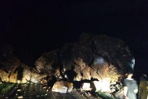 Tảng đá khổng lồ đổ ập chặn quốc lộ 279 ở Sơn La