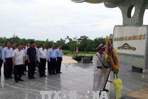 Phó Thủ tướng Trương Hòa Bình dâng hương tại Nghĩa trang Liệt sỹ tỉnh Quảng Nam