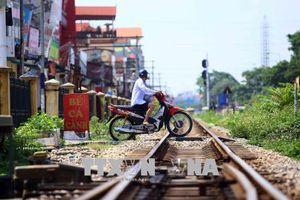 Tàu hỏa đâm văng xe máy 10 mét, nạn nhân nguy kịch