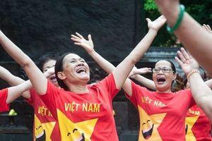 Kỳ lạ bộ môn Yoga ở Hồ Gươm: Cứ tham gia là phải cười