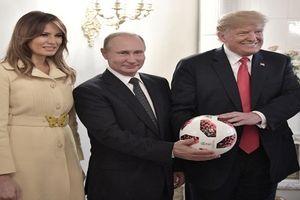 Ông Putin tặng ông Trump quả bóng có con chip truyền dữ liệu