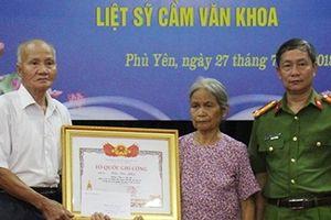 Trao bằng 'Tổ quốc ghi công' cho thân nhân Liệt sĩ Thượng sĩ Cầm Văn Khoa