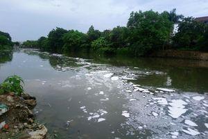 Sau cơn mưa, sông An Cựu ở Huế nổi bọt trắng xóa bất thường