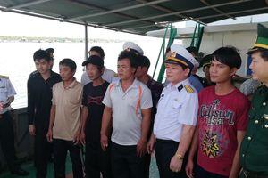 Tàu hải quân đưa 7 ngư dân bị nạn vào bờ