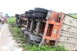 Tông xe tải đậu bên đường, container chổng vó dưới ruộng