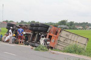 Xe container mất lái tông nát 2 cột mốc bên đường