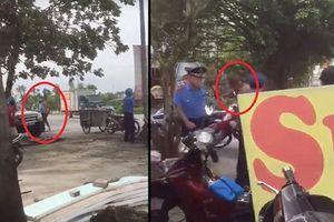 Người đàn ông cầm đao giành biển quảng cáo với thanh tra giao thông HN
