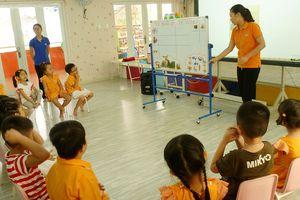 Dạy tiếng Anh ở trường mầm non: Cần thống nhất chương trình và kinh phí hoạt động