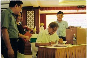 Tặng sách Thánh ca Truông Bồn đến cựu TNXP và thư viện Nghệ An