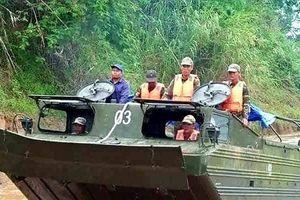 Quân đội Lào điều xe thiết giáp lội nước giải cứu nạn nhân mắc kẹt