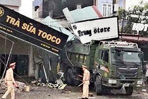 Xe tải tông sập 5 nhà dân, 2 mẹ con thiệt mạng