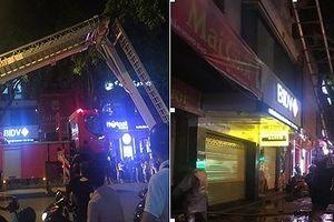 Dân Thủ đô thán phục Cảnh sát PCCC dùng xe thang cứu 7 người bị lửa đe dọa