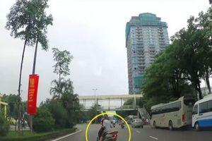 Chuyện thật như đùa: Người đàn ông ngủ gục trên xe máy giữa đường Hà Nội