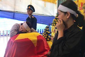 Người vợ trẻ gục xuống ôm di cốt liệt sĩ phi công Su-22 trước khi tiễn anh về đất mẹ