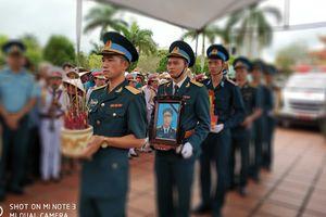 Người dân tiễn đại tá phi công Phạm Giang Nam về đất mẹ