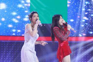Hòa Minzy bất lực bịt lỗ tai khi song ca cùng giọng hát thảm họa