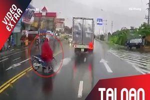 Suýt đâm vào xe tải vì trời mưa
