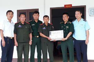 Tặng quà Đại đội Biên phòng 221, Lào bị thiệt hại do mưa, lũ