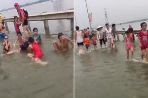 Clip: Tỉnh lộ ngập nước, dân Thủ đô nô nức mang phao ra tắm