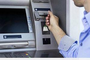 Bắt 2 đối tượng cướp tiền của người ngoại quốc ngay trụ ATM
