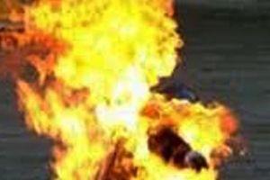 Ghen tuông, U50 tạt xăng đốt chồng hờ tử vong
