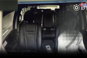 Đứng tim tài xế taxi ngủ gật gần 1 phút khi đang lái xe với tốc độ cao