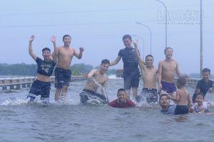 Hà Nội: Đường biến thành sông, trẻ em người lớn thi nhau bơi lội bất chấp nguy hiểm