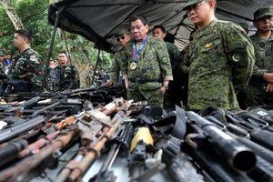 Đua với Mỹ, Trung Quốc tiếp tục tặng loạt thiết bị quân sự cho Philippines
