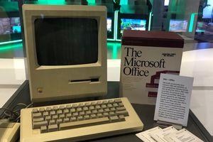 Vì sao trụ sở Microsoft trưng bày máy tính của Apple?