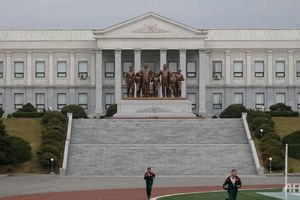 Học sinh học gì tại trường hàng đầu Triều Tiên?
