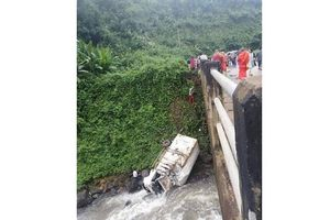 Xe cứu trợ vỡ đập Lào lao xuống sông, 1 người chết