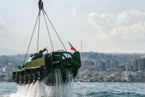 Vì sao Lebanon vứt 10 xe tăng xuống biển Địa Trung Hải?