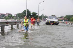 Choáng với 'bãi tắm' giữa Hà Nội, cả người và xe... bơi cùng nhau