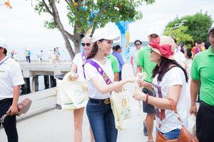 Phan Thị Mơ cùng dàn thí sinh quốc tế phát túi nứa bảo vệ môi trường