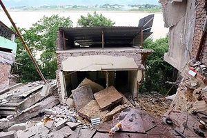 Gần chục ngôi nhà kiên cố đổ sụp xuống sông Đà