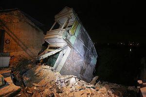 Nhiều nhà đổ sụp xuống sông Đà: Do thủy điện Hòa Bình đóng cửa xả?