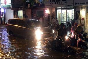 Mưa lớn giờ tan tầm, nhiều tuyến phố thủ đô ngập nặng