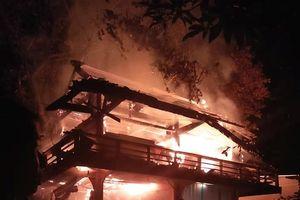 Chập điện, nhà sàn 350 triệu đồng cháy rụi trong đêm