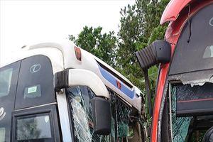 Quảng Nam: Đâm đối đầu, hai xe khách nát bét, tài xế bị thương nặng