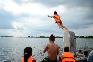 Hà Nội: Tỉnh lộ 421B ngập sâu, trở thành bể bơi khổng lồ