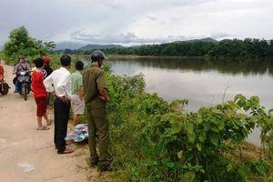 Thi thể một phụ nữ mặc áo xanh trôi trên sông La