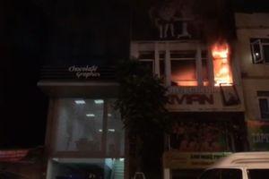 Cửa hiệu ảnh viện cháy lớn trong mưa