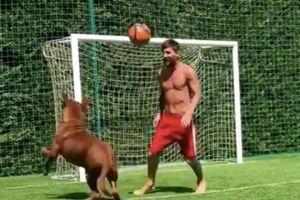 Messi cởi trần khoe kỹ thuật bên chú chó cưng