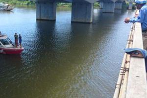Cha già khóc nghẹn trên cầu sau khi con gái nhảy sông Hương tự tử