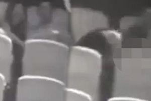 'Phát hiện cặp đôi làm chuyện ấy trong rạp, tôi cầm đèn pin chĩa thẳng vào họ'