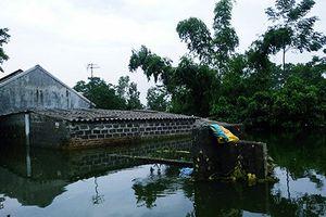Ngập lụt ở Chương Mỹ: Hố sụt khiến nhà dân nghiêng ngả