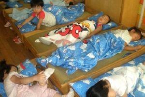 Nếu bé ngủ trưa ở trường mẫu giáo, bố mẹ tuyệt đối đừng mặc những loại quần áo này cho con