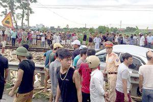 Tàu hỏa đâm ô tô ở Nam Định, 4 người thương vong